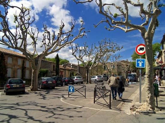 La Brasserie d'Eygalieres : The view up the street from our seats