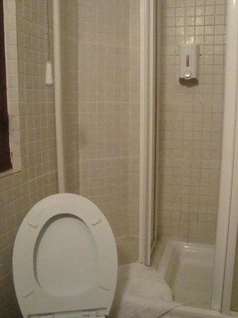 Pension Nuevo Suizo : wc, douche lavabo commun 3M2 RDC