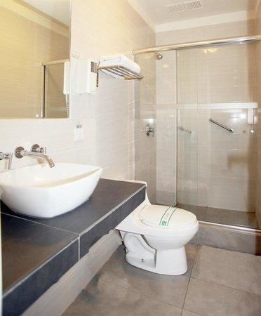 Emperador Plaza Hotel: Baño