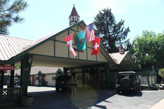 Evergreen Inn: Entrance