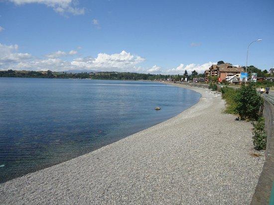 Casa Kalfu: La costanera del lago a 200 metros del hotel