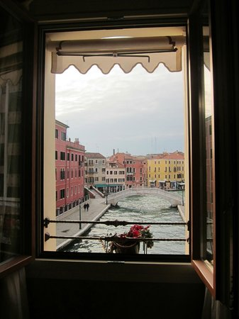 Hotel Moresco: Canal view during the day... breathtaking!