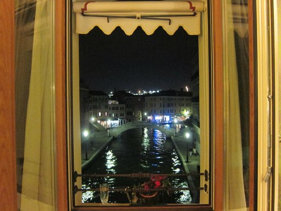 Hotel Moresco: Canal view at night