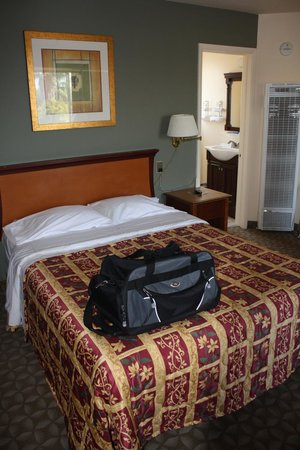 Sunbeam Motel: Room #6 - comfy bed!