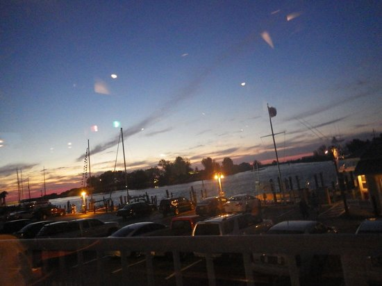 Crow's Nest Marina Restaurant & Tavern: Lovely place to see sunset