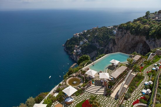 Monastero Santa Rosa Hotel & Spa: View of the pool from the sunset terrace