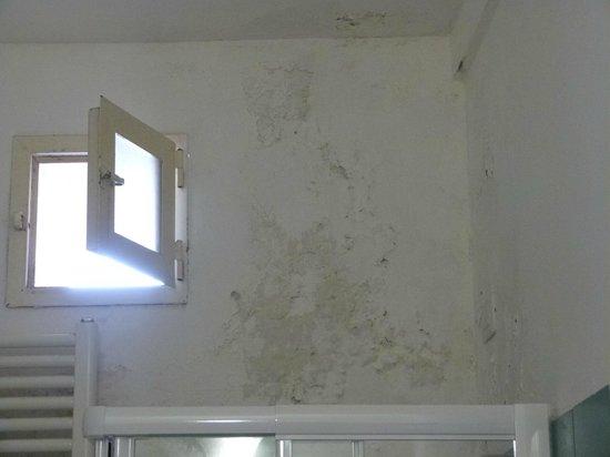 macchie di umidità in bagno - Foto di La Fortezza Hotel Residence ...