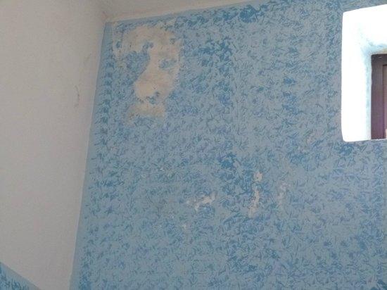 La Fortezza Hotel Residence: pittura cadente nel salone