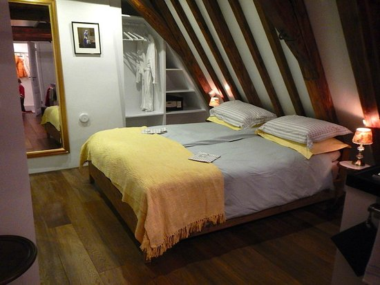 The Weavery Boutique Bed & Breakfast: One of the 2 queen beds in the suite.