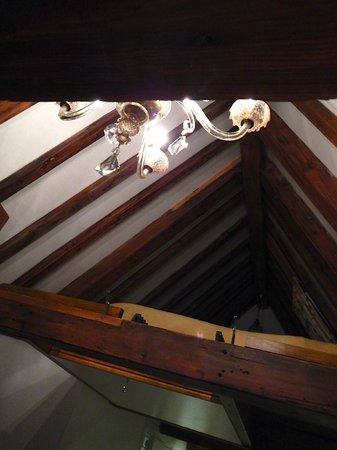 The Weavery Boutique Bed & Breakfast: The other queen bed is upstairs in the open attic.