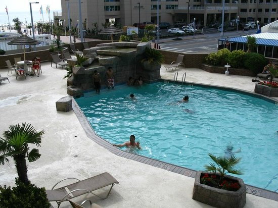 Days Inn Virginia Beach Oceanfront: piscine renover .. vue du balcon au deuxieme !! (2010)