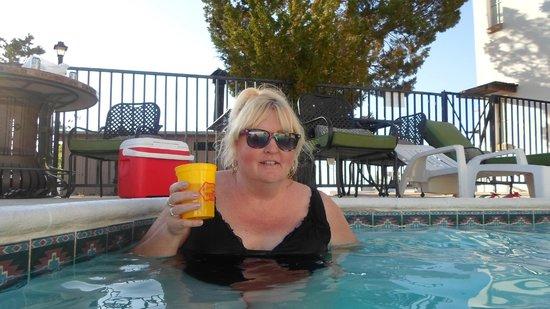 Landmark Lookout Lodge: The pool area is very nice...