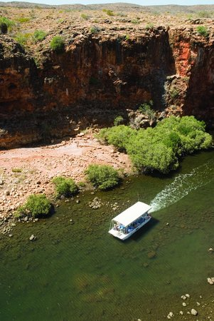 Yardie Creek Boat Tours: A view from the top of the gorge looking down as 'Yardi' cruise by...