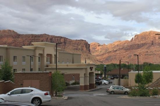 ‪‪Hampton Inn Moab‬: In the middle of red rock‬