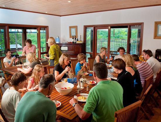 Bilpin Springs Lodge : Breakfast in the dining room