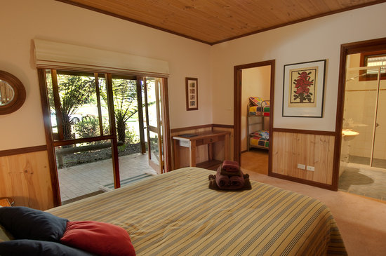 Bilpin Springs Lodge: Ground floor family room with ensuite bathroom