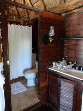 Azucar Hotel: Pequena cozinha e banheiro