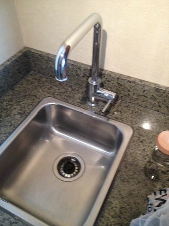 Sandman Hotel & Suites Calgary West: non functioning sink