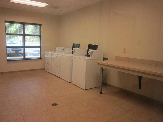 Hampton Inn Columbus/South-Fort Benning: laundry