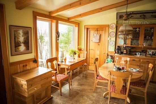 Baddeck Riverside Bed & Breakfast: Dining