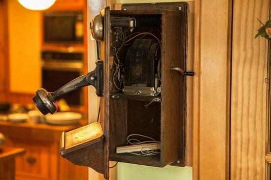 Baddeck Riverside Bed & Breakfast: old telephone