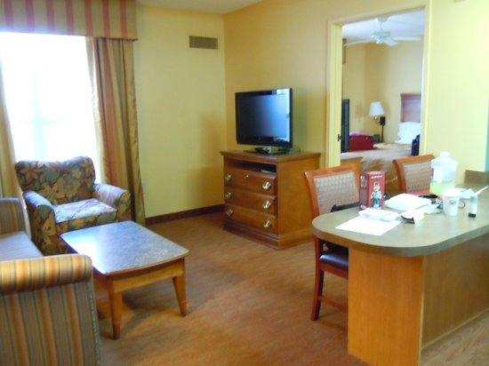 Homewood Suites by Hilton Phoenix-Metro Center: Inviting living room with open kitchen area