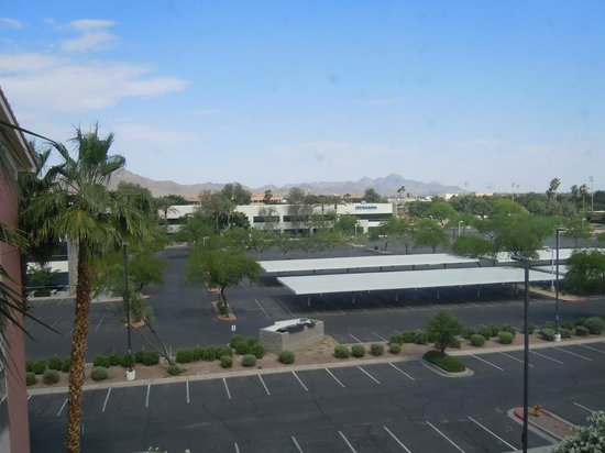 Homewood Suites by Hilton Phoenix-Metro Center : Overlooking parking area