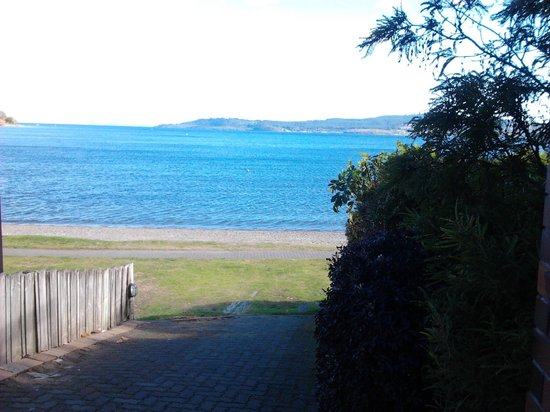 Cascades Lakefront Motel: Our lakefront beach - sandy not rocky