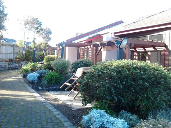 Cascades Lakefront Motel: Patio gardens, table & chairs, BBQ areas