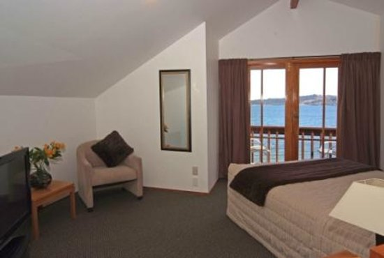 Cascades Motor Inn: Lakefront Apartment Upstairs Queen bed & View