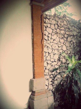 Champlung Mas Hotel: broken wall