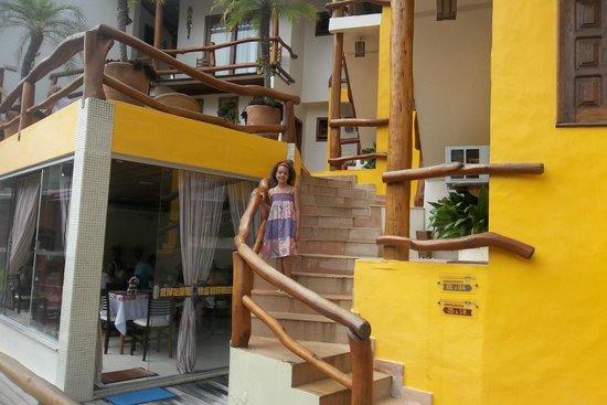 Pousada Safira do Morro: el desayunador y las escaleras hacia la habitacion