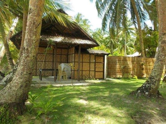 Eddie's Beach Resort Siargao : Kubo und Dusche am Strand