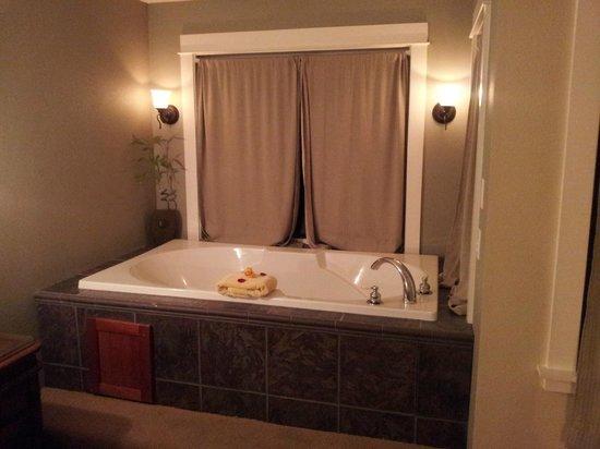 ستارفيش مانور أوشنفرونت هوتل: The jetted tub in the bedroom of our suite