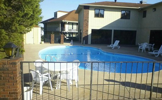 Motel 6 Branson : 60 exterior units, outdoor pool, meeting room...
