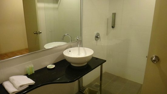 The LimeTree Hotel: Bathroom of suite 408.