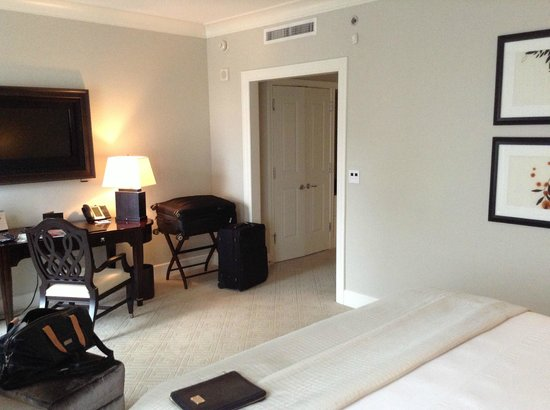 Mandarin Oriental, Atlanta: Bedroom, hallway and closet