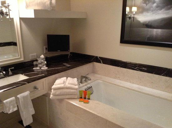 Mandarin Oriental, Atlanta: Lovely bath area with Shanghai Tang products