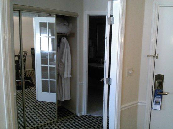 BEST WESTERN PREMIER Plaza Hotel & Conference Center : closet