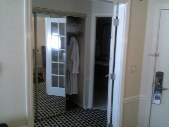 Best Western Premier Plaza Hotel & Conference Center : closet