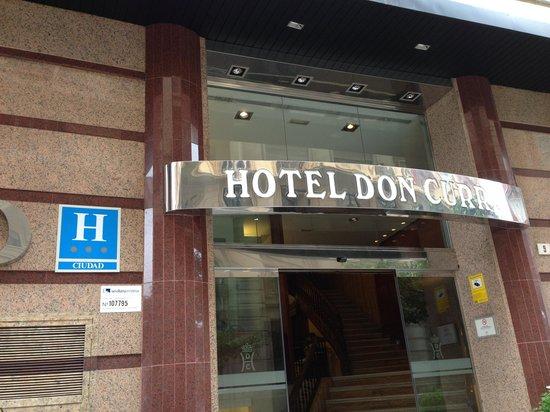 Don Curro Hotel: Precisa melhorar atendimento . Localização perfeita