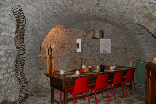 L'Ermitage de Peyreleau: Centuries old cave where breakfast is served