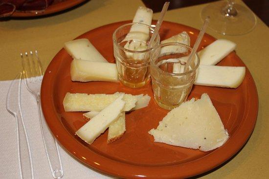 La Vecchia Nicchia - Renascimentho: Tagliere di formaggi con miele e marmellata di mele