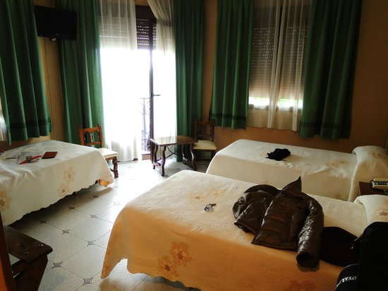Hostal Madrid: 美麗乾淨的房間>///<