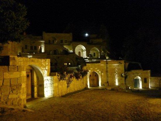 Anatolian Houses: 夜のホテル