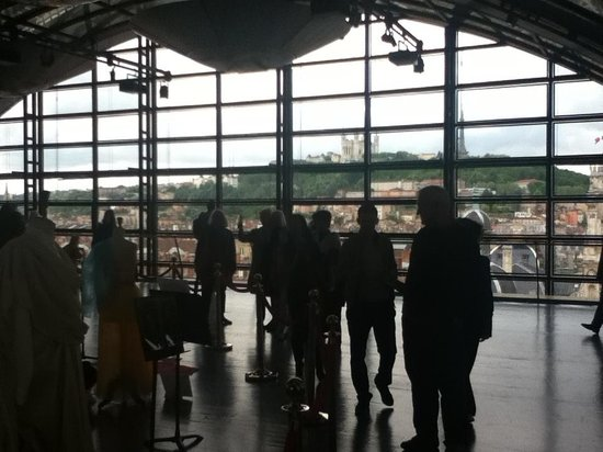 Opéra National de Lyon : Visitors admiring the view from the glass roof