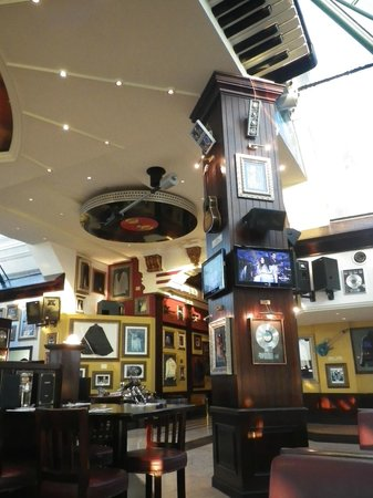 Hard Rock Cafe: rock and roll decorations