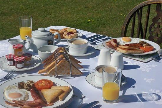 Merstone, UK: breakfast on the lawns