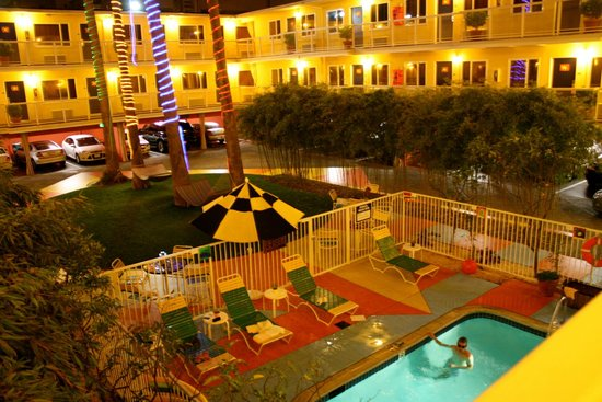 Hotel Del Sol, a Joie de Vivre hotel: hotel grounds at night