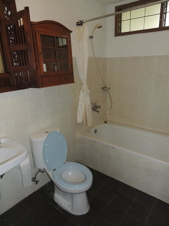 Prima Cottage: Bathroom is roomy